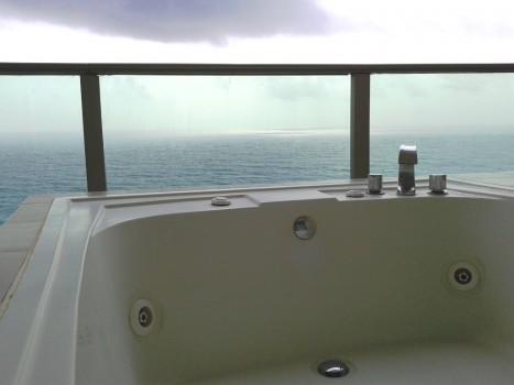 jacuzzi z widokiem na ocean